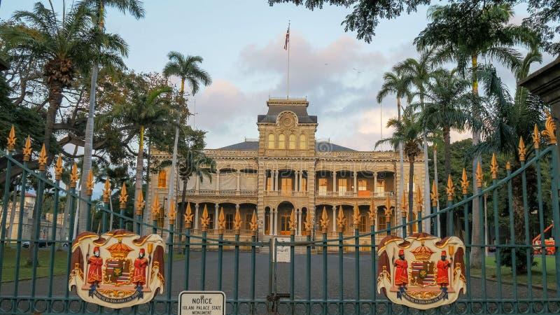 I portoni anteriori del palazzo di iolani a Honolulu fotografie stock