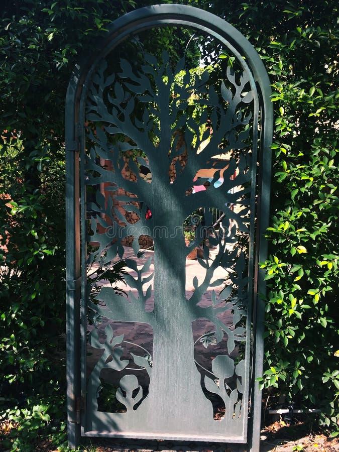 I portoni del ferro battuto hanno fatto il modello in un albero fotografie stock