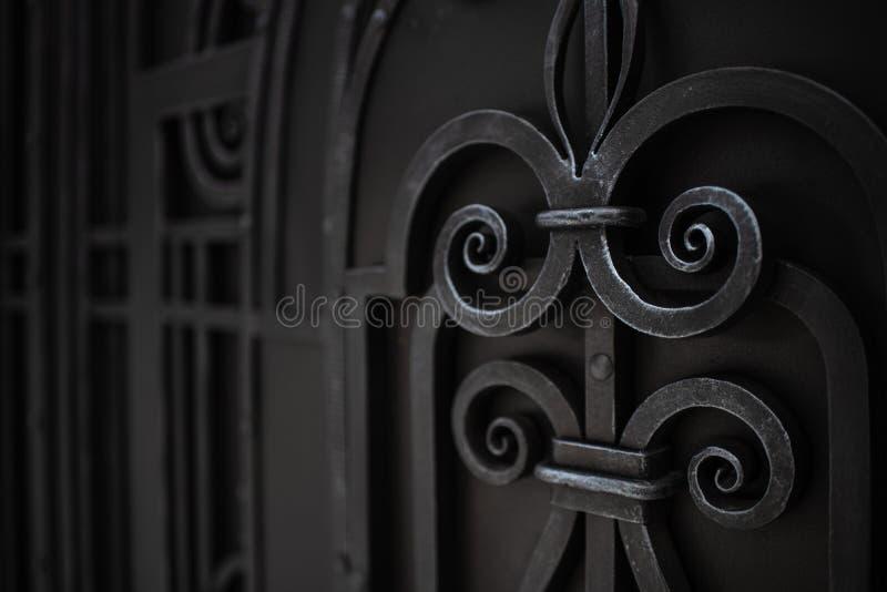 I portoni del metallo sono decorati con gli elementi forgiati Fondo con lo spazio della copia fotografie stock libere da diritti