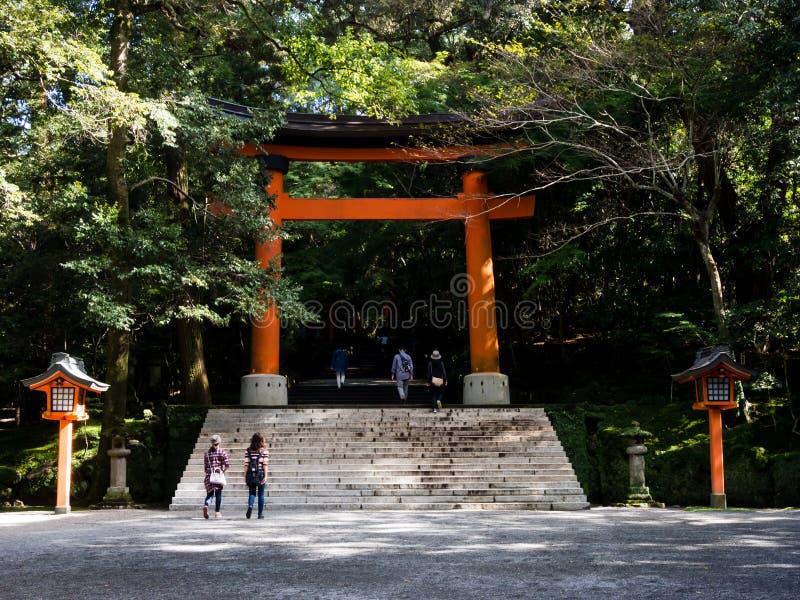 I portoni rossi di torii agli S.U.A. shrine nella prefettura di Oita, Giappone immagini stock