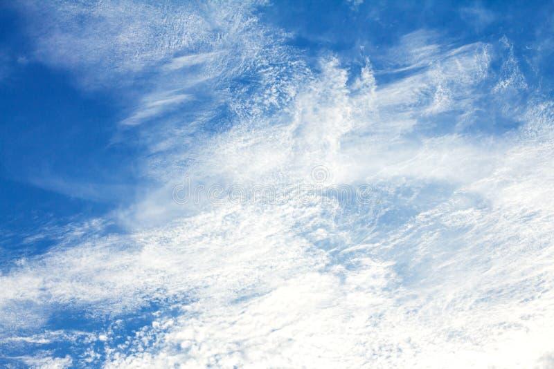 i precedenti del cielo blu di Brigth il giorno fotografia stock