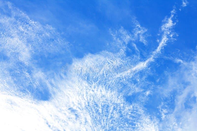 i precedenti del cielo blu di Brigth il giorno immagine stock