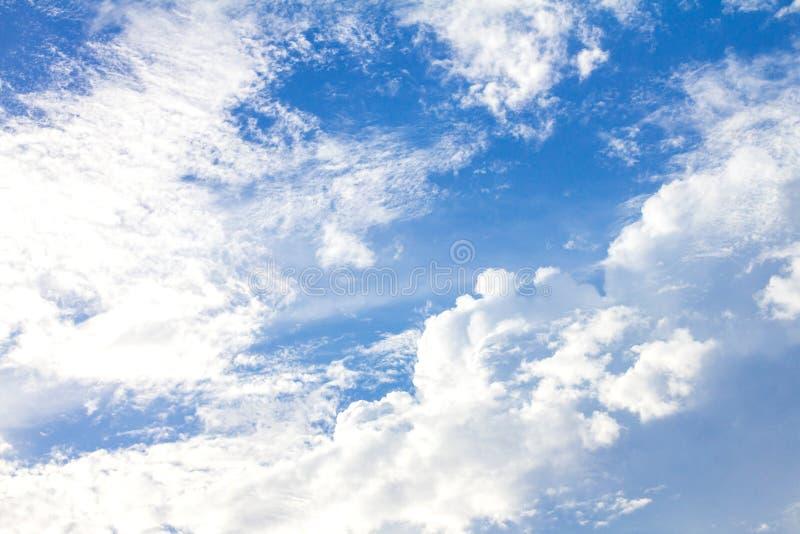 i precedenti del cielo blu di Brigth il giorno fotografia stock libera da diritti