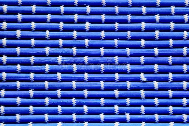 I precedenti delle stuoie blu luminose, bianco ondulato di contrapposizione intrecciato infilano immagine stock