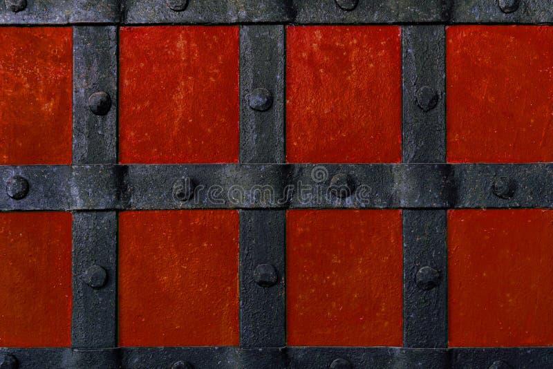 I precedenti sono dipinti con pittura rossa con i fasci ed i ribattini del metallo fotografia stock libera da diritti