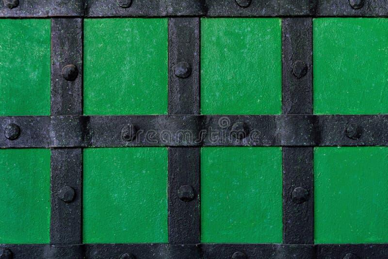 I precedenti sono dipinti con pittura verde con i fasci ed i ribattini del metallo immagini stock libere da diritti