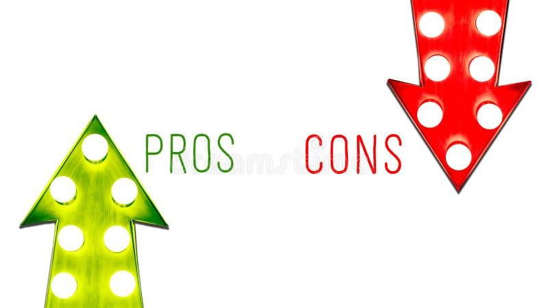 I pro - e - contro rosso e giù retro frecce d'annata alte da destra a sinistra verdi hanno illuminato le lampadine Concetto per g illustrazione vettoriale