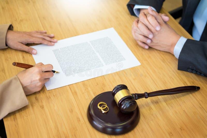 I problemi delle coppie che si siedono le fedi nuziali dorate di un matrimonio giudicano GA immagine stock libera da diritti