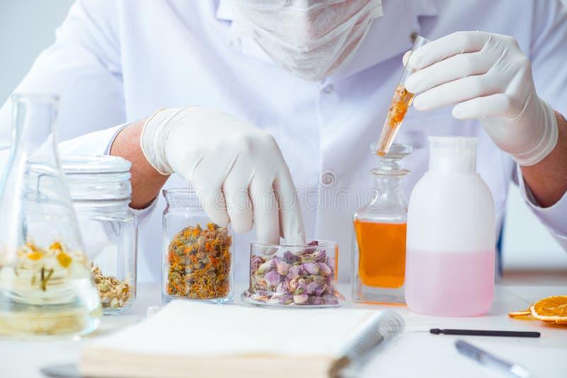 I profumi di miscelazione del chimico in laboratorio immagine stock libera da diritti
