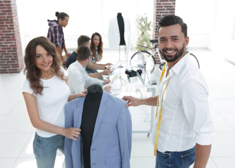 I progettisti mostrano i nuovi modelli dell'abbigliamento del ` s degli uomini fotografia stock