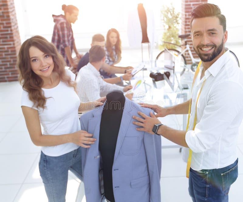 I progettisti mostrano i nuovi modelli dell'abbigliamento del ` s degli uomini fotografia stock libera da diritti