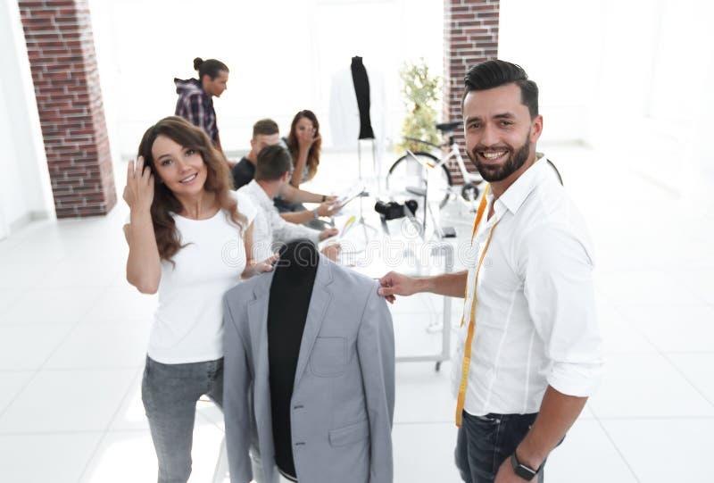 I progettisti mostrano i nuovi modelli dell'abbigliamento del ` s degli uomini immagini stock