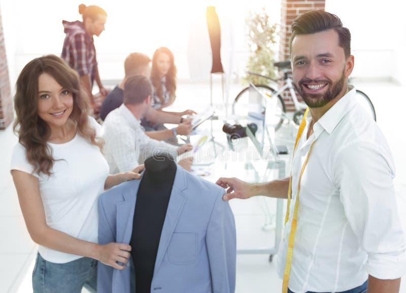 I progettisti mostrano i nuovi modelli dell'abbigliamento del ` s degli uomini immagine stock