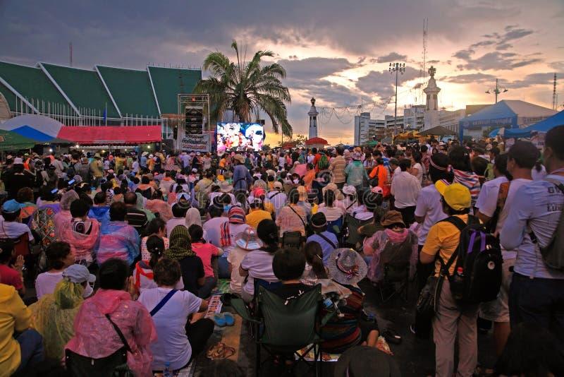 I protestatari tailandesi si riuniscono sulla strada di Rachadamnoen immagini stock libere da diritti