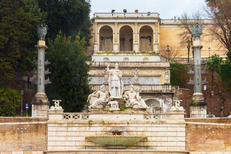 I punti conducono dalla piazza del Popolo con la fontana di Nettuno immagine stock