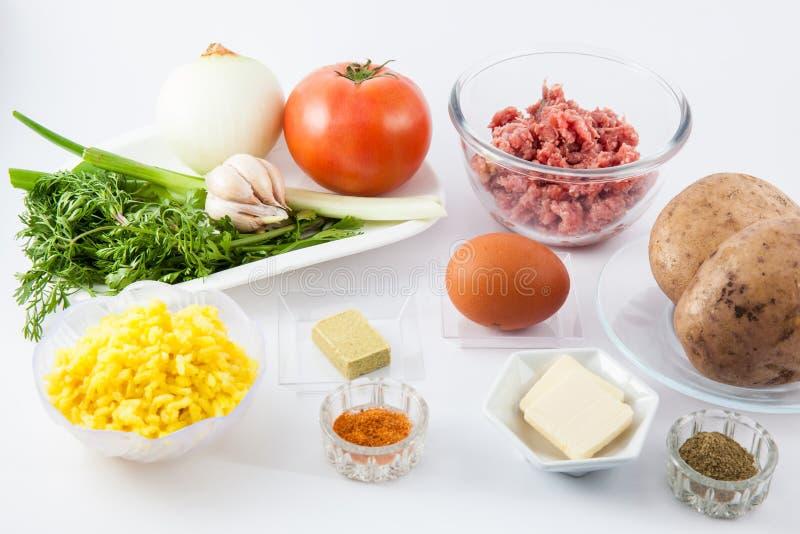 I punti della preparazione del piatto colombiano tradizionale hanno chiamato le patate farcite immagini stock