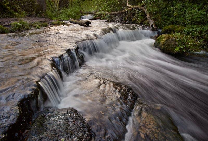 I punti della roccia del calcare creano una cascata immagini stock