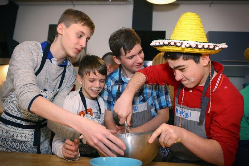 I ragazzi di scuola russi team sulla cottura dell'evento del partito fotografia stock