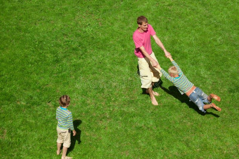 i ragazzi equipaggiano la vista superiore del gioco esterno fotografie stock