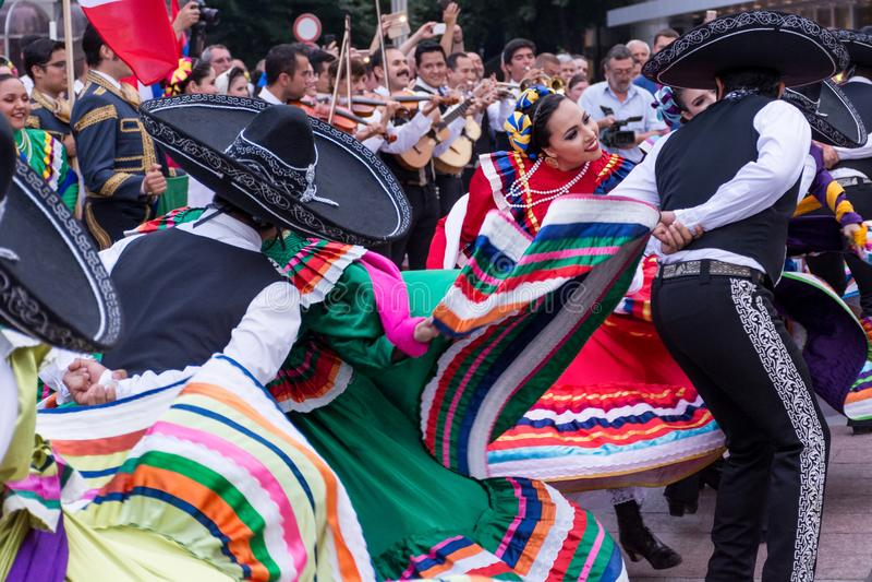 I ragazzi messicani e le ragazze in costume piega variopinto tradizionale ballano al festival fotografia stock