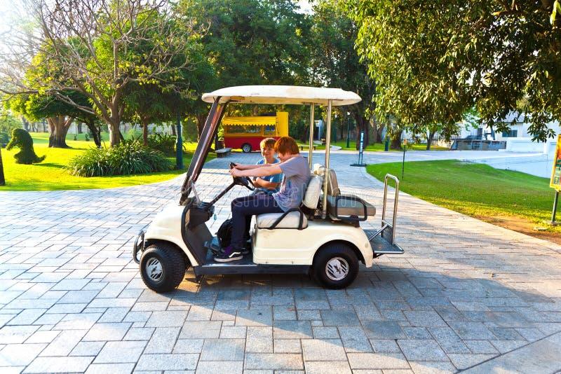 I ragazzi si divertono guidando un'elettro automobile immagini stock