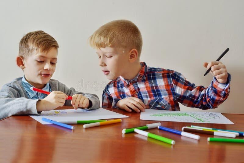 I ragazzi stanno disegnando immagini stock