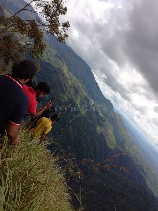 I ragazzi stanno facendo un'escursione nella zona di montagna fotografia stock