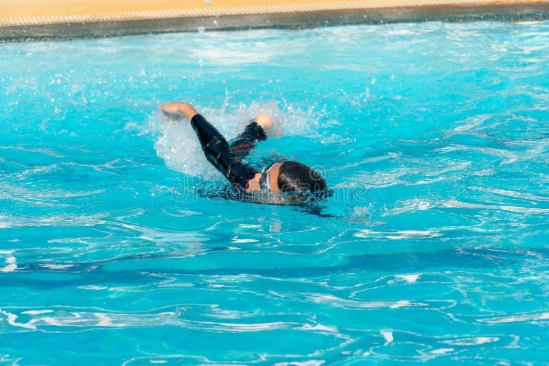 I ragazzi stanno nuotando nello stagno fotografia stock libera da diritti