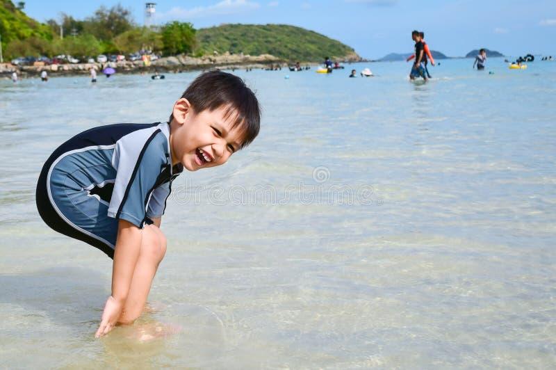 I ragazzi sulla spiaggia immagini stock libere da diritti