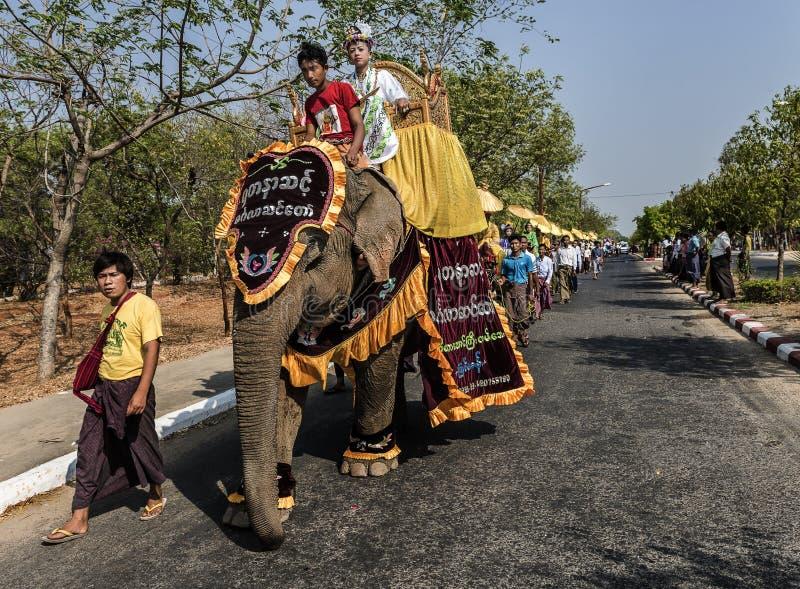I ragazzini si sono agghindati come principessa e le pagode giranti intorno durante la cerimonia di Novication, Myanmar fotografie stock libere da diritti