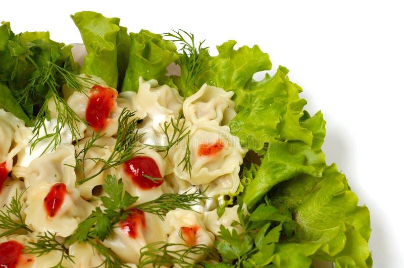 I ravioli con i verdi crema acida e ketchup serviscono isolato immagine stock libera da diritti