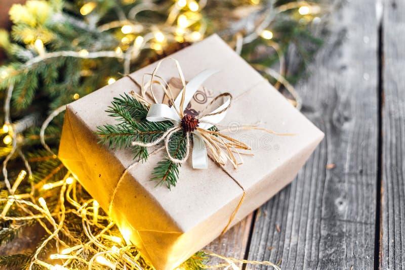 I regali d'annata svegli del nuovo anno di natale deridono su su fondo di legno immagini stock libere da diritti