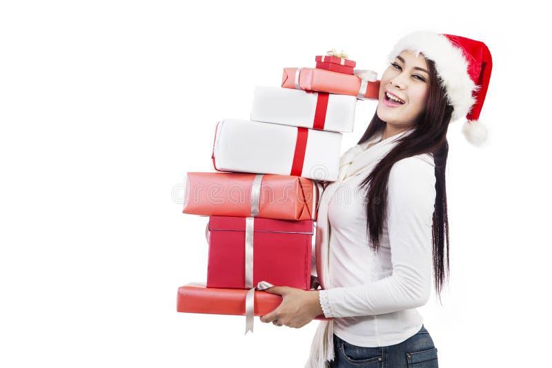 I regali di natale tengono dalla bella donna con il cappello fotografie stock