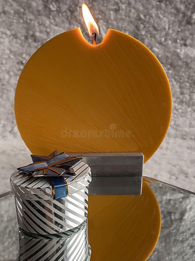 I regali e la candela a Cristmas fotografia stock