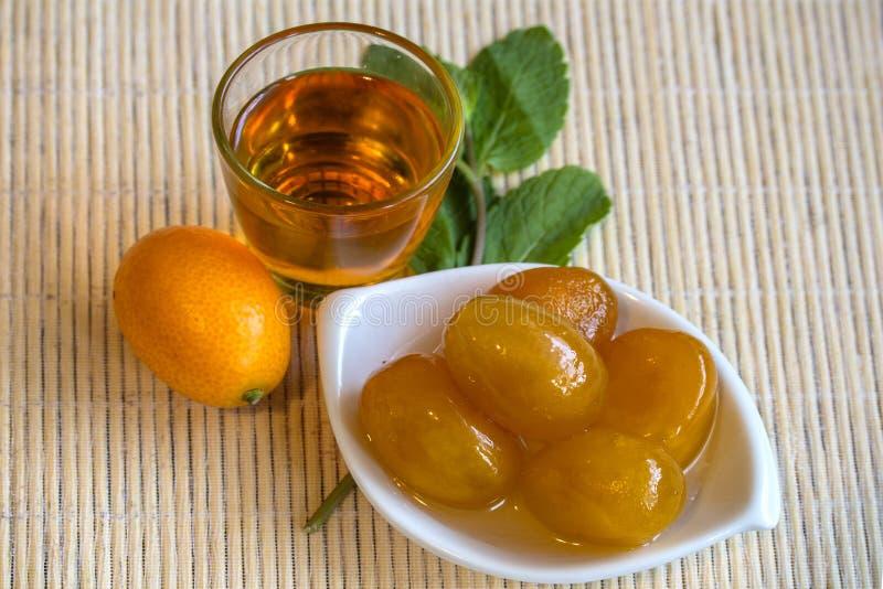 I regali solari della Grecia - kumquat - frutta, inceppamento e liquore immagini stock libere da diritti