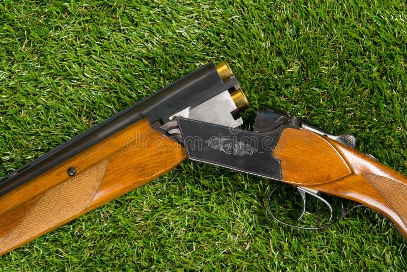 I resti di pistola smontati caricati su un fondo verde del prato inglese fotografia stock