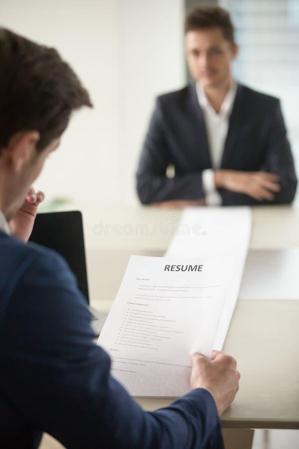 I richiedenti della lettura dell'intervistatore lungamente riprendono immagini stock libere da diritti