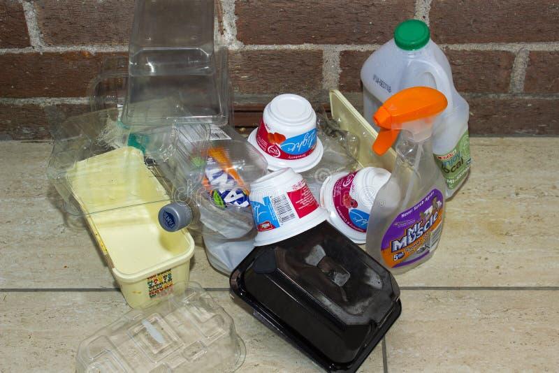 I rifiuti domestici di plastica assortiti hanno raccolto nei pensionati a casa nella contea di Bangor giù in Irlanda del Nord dur immagine stock
