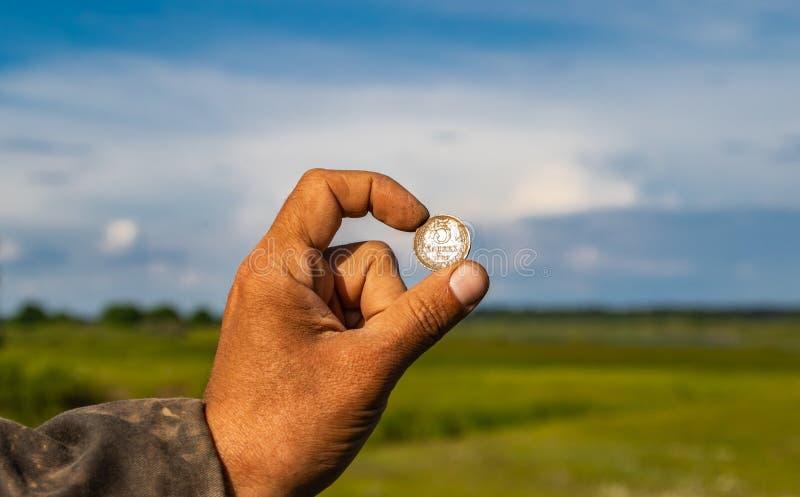 I ritrovamenti archeologici, vecchie monete hanno trovato e rimosso dalla terra immagini stock libere da diritti
