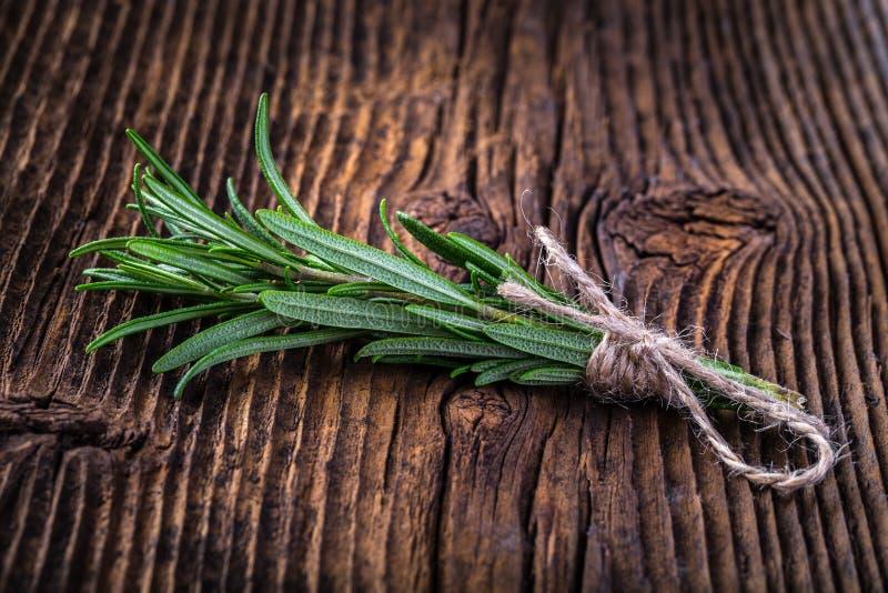 I rosmarini fragranti freschi si ramificano sulla tavola di legno d'annata fotografia stock libera da diritti