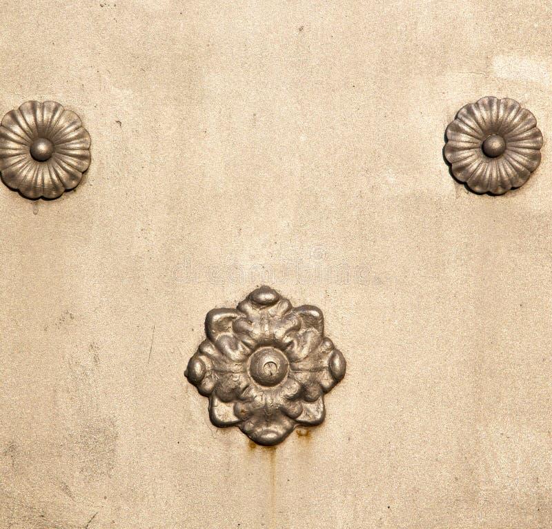 i rostig mässingsbr för cislago äg knackaren Italien lombardy royaltyfria foton