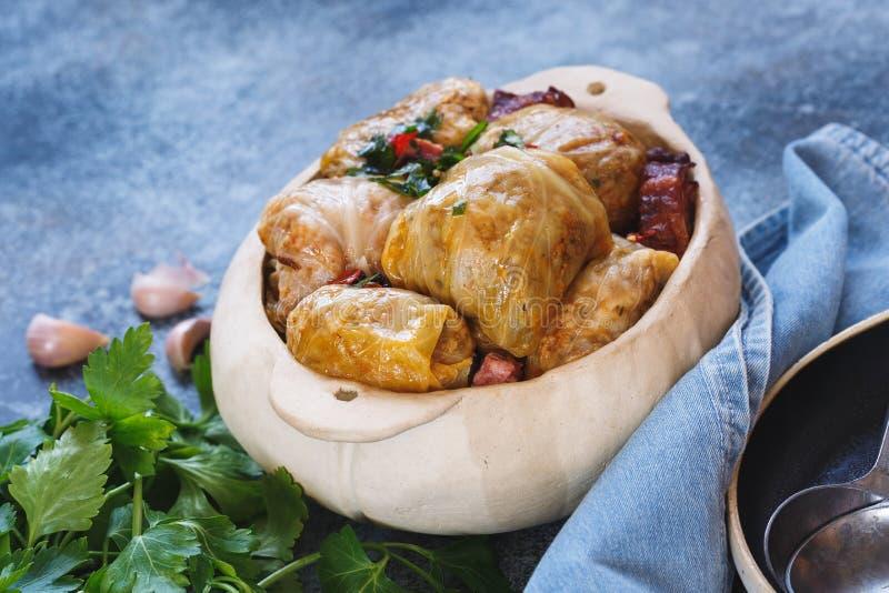 I rotoli del cavolo farciti con carne e riso hanno preparato per cucinare immagine stock
