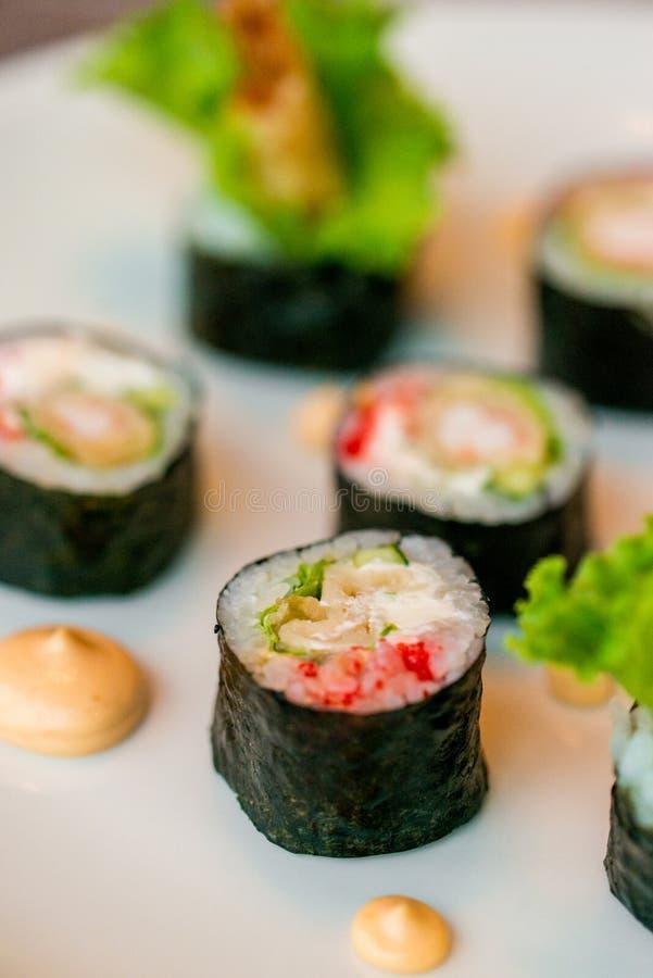 I rotoli di sushi freschi sono servito sul piatto in ristorante fotografie stock