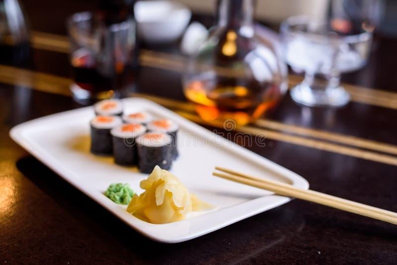 I rotoli di sushi freschi sono servito sul piatto in ristorante immagine stock