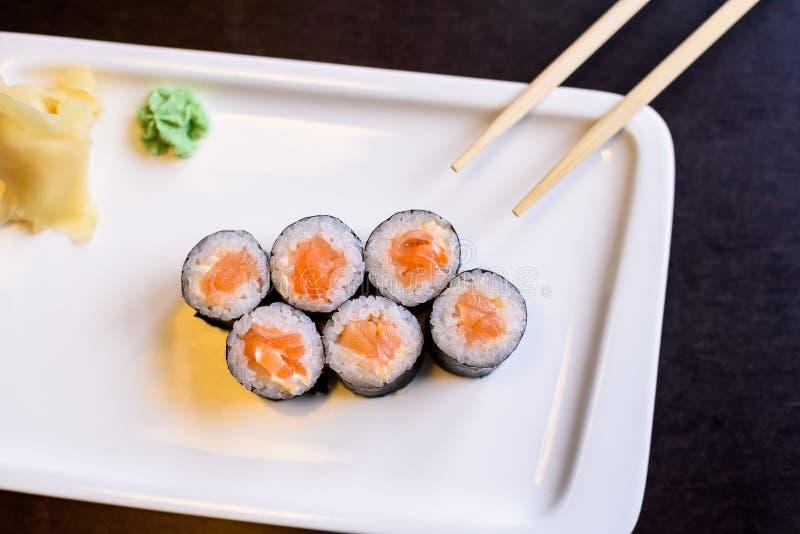 I rotoli di sushi freschi sono servito sul piatto in ristorante immagini stock
