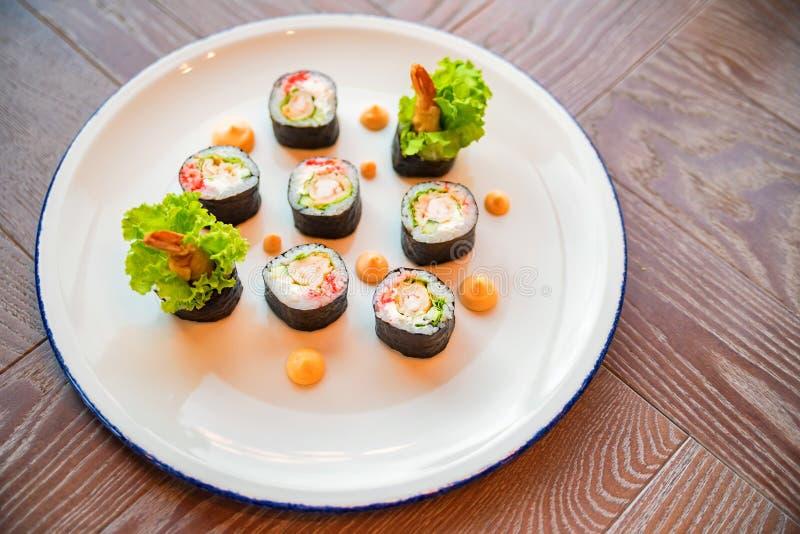 I rotoli di sushi freschi sono servito sul piatto in ristorante immagine stock libera da diritti