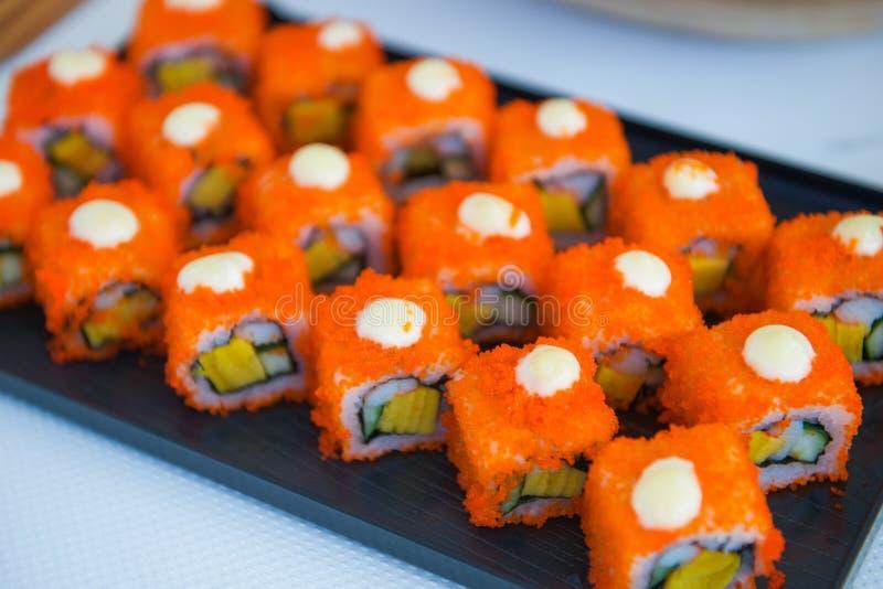 I rotoli di sushi hanno messo sul vassoio pronto per mangiano immagine stock libera da diritti