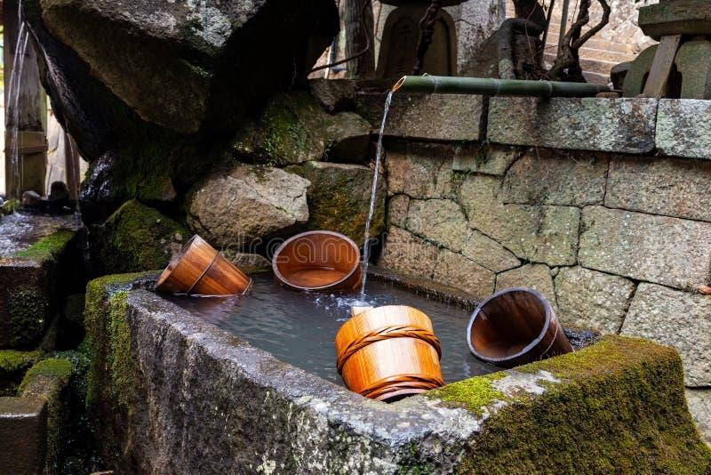 I secchi di legno in una fontana di Nigatsu-fanno tempio di Nigatsudo, parte di Todai-Ji a Nara, Giappone immagini stock