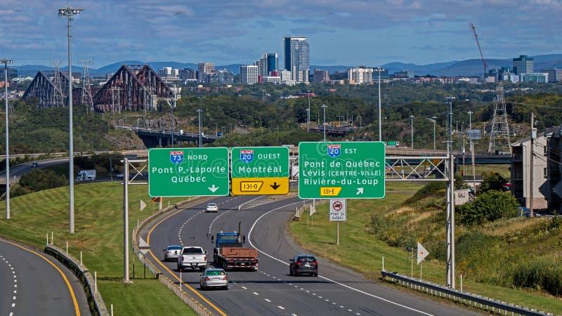 I segni della strada principale mostrano il modo a Québec immagine stock libera da diritti