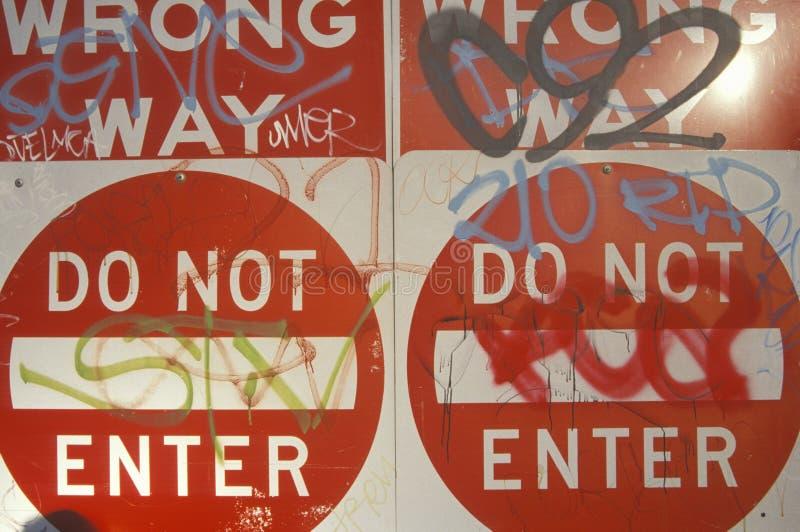 I segni rossi che leggono il ½ del ¿ del ï fanno torto al modo, fanno non ½ del ¿ di Enterï coperto di graffiti Los Angeles immagini stock
